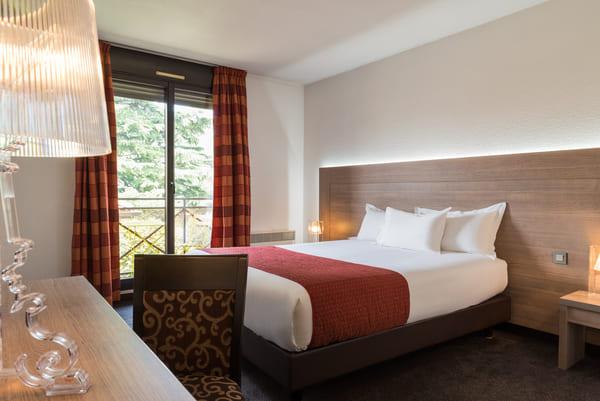 Photo d'une chambre avec lit double de l'hôtel les amandiers à Tournon sur Rhône